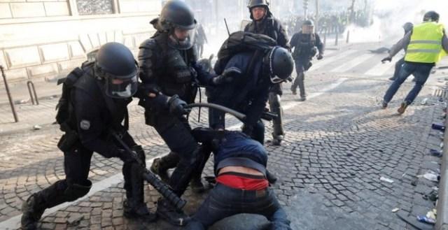 La Policía francesa golpea a un manifestante durante las protestas de los chalecos amarillos. REUTERS/Philippe Wojazer