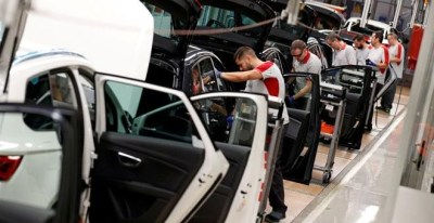 Trabajadores en una fábrica de coches. / REUTERS