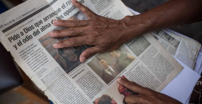 Inés Esparragoza muestra un recorte de prensa sobre el asesinato de su hijo Olando Figuera en 2017.- JAIRO VARGAS