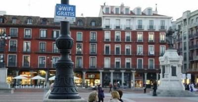 Un cartel de WiFi gratis en la Plaza Mayor de Valladolid.