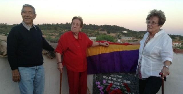 Quico, Amada y Esperanza Martínez, en 2015, posan en el lugar donde fue enterrado su padre, Nicolás. / AGE