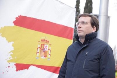 El alcalde de Madrid, José Luis Martínez-Almeida, durante el izado de la bandera de 14 metros. / Twitter