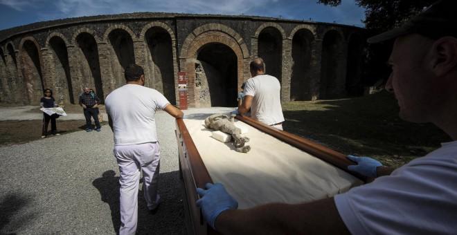 Una momia de Pompeya es trasladada para ser examinada mediante una tommografía axial computarizada, en el proyecto que investiga los hábitos, el empleo y las clases sociales de las víctimas de la erupción del Vesubio en el año 79 d.C. EFE/Cesare Abbate