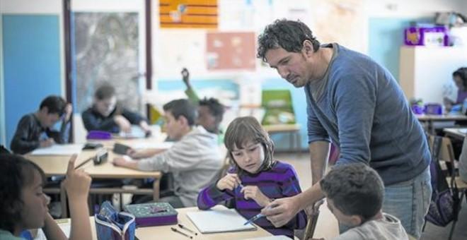 César Bona, con un grupo de alumnos de 5º A del colegio Puerta de Sancho./ P&J
