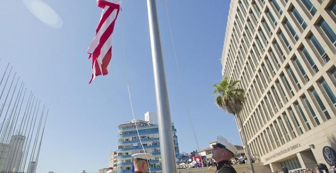 Marines estadounidenses elevan la bandera americana en la Embajada de EEUU en La Habana. AP/Pablo Martinez Monsivais