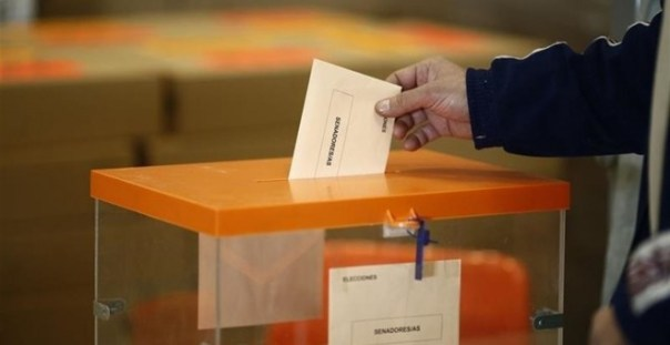 Un ciudadano introduciendo su papeleta en la urna./ EP
