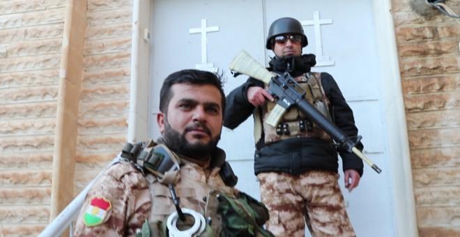 Peshmergas kurdos patrullan la ciudad cristiana de Telskoff, en Iraq. FERRÁN BARBER