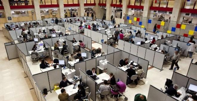 Funcionarios del Estado, en su puesto de trabajo. EFE