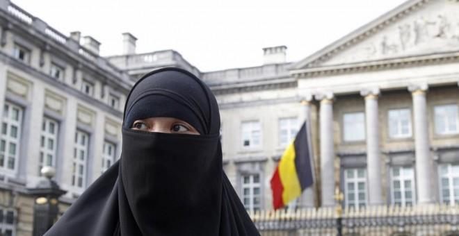 Una joven musulmana cubierta con niqab en Bruselas.-REUTERS