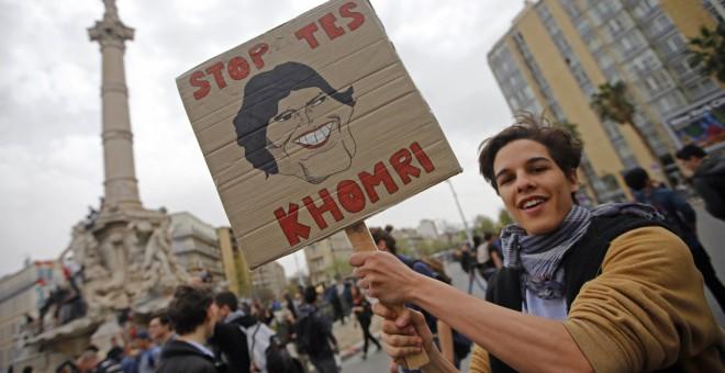 Un estudiante sostiene una pancarta contra la reforma laboral propuesta por la ministra francesa El Khomri, en la manifestación en Marsella. REUTERS/Jean-Paul Pelissier
