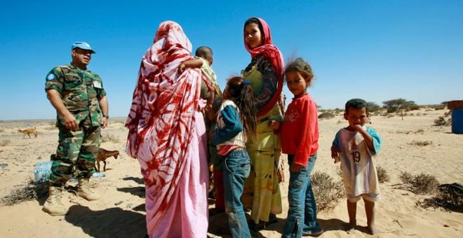 Un miembro de Minurso, la misión internacional de la ONU para el Sáhara Occidental, charla con un grupo de refugiados de la antigua colonia española. /un.org