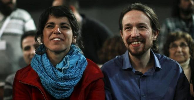 Teresa Rodríguez, junto a Pablo Iglesias. REUTERS