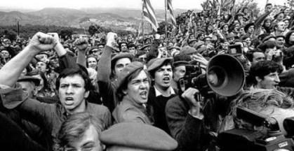 Carlistas muestran su indignación ante la Guardia Civil por su inacción ante el ataque que están sufriendo por parte de individuos de extrema derecha.- PARTIDO CARLISTA