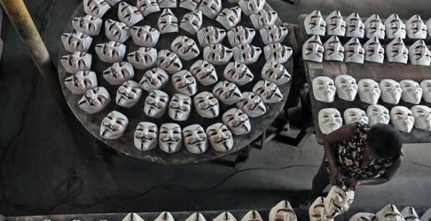 Una trabajadora limpia una máscara de Guy Fawkes en Sao Goncalo, cerca de Rio de Janeiro. REUTERS/Ricardo Moraes