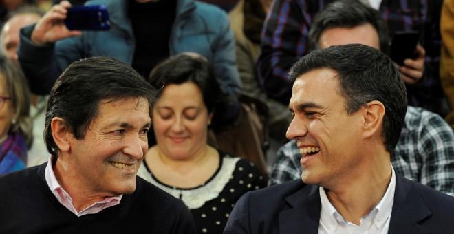 Javier Fernández y Pedro Sánchez, en un acto de campaña electoral en Gijón el pasado diciembre./ REUTERS