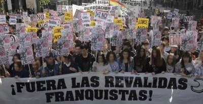 Varios jóvenes durante la marcha estudiantil convocada en Madrid por la Plataforma Regional por la Escuela Pública, que integran CCOO, UGT, el Sindicato de Estudiantes (SE) y la FAPA. /EFE