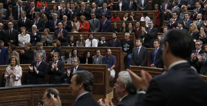 Diputados y senadores de Unidos Podemos permanecesn sentados al término del discurso pronunciado por el rey Felipe VI, durante la sesión solemne de la apertura de las Cortes en la XII Legislatura, celebrada en el Congreso. EFE/Chema Moya