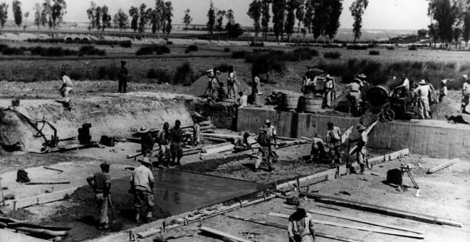 Presos en la construcción del canal