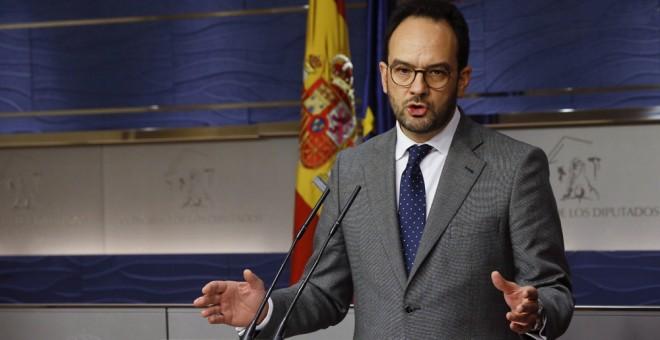 El portavoz del PSOE, Antonio Hernando, durante las declaraciones que ha realizado tras la reunión de la Junta de Portavoces, esta mañana en el Congreso de los Diputados. EFE/Fernando Alvarado