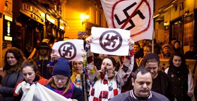Manifestantes protestan contra los resultados electorales del partido neo nazi Kotleba-Partido del Pueblo Nuestra Eslovaquia. - AFP