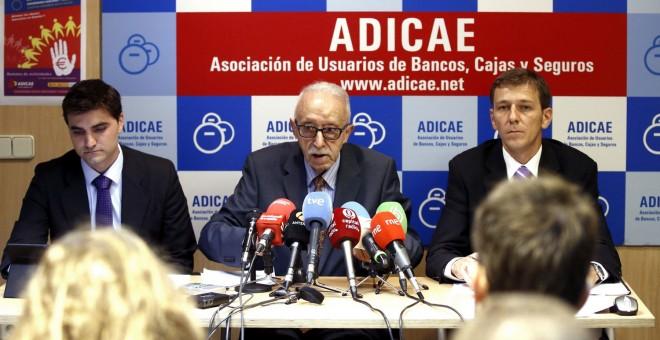 El presidente de Adicae, Manuel Pardos, flanqueado por otros dos directivos de la asociación.