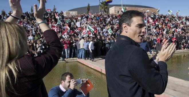 Pedro Sánchez aplaude en el acto celebrado en el Parque Tecnológico de Dos Hermanas (Sevilla), tras anunciar que se presentará a las primarias para volver a liderar el PSOE. EFE/Julio Muñoz