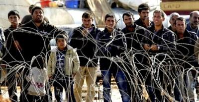 Refugiados sirios esperan para cruzar la frontera y pasar a Turquía cerca de Kobane (Siria). EFE/Archivo