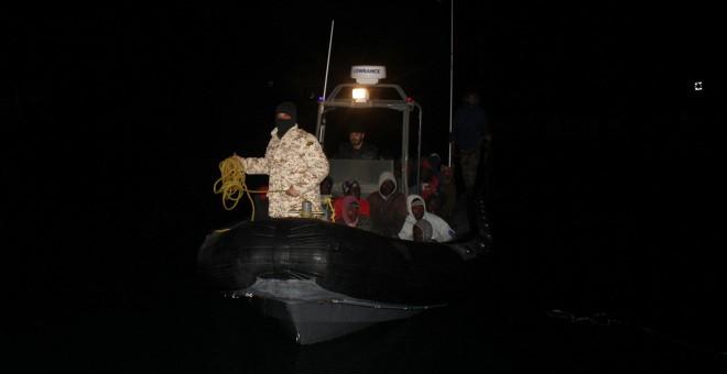 La guardia costera de Libia, en una embarcación que transportaba inmigrantes arrestados en Trípoli, Libia, el 5 de febrero de 2017. REUTERS / Hani Amara