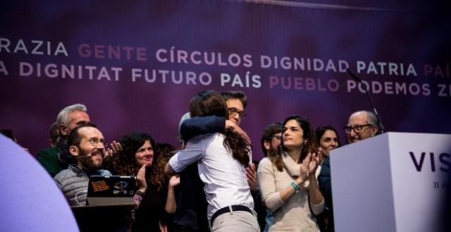 El líder de Podemos, Pablo Iglesias, se abarazo con Iñigo Errejón en el escenario tras la proclamación de los resultados en las votaciones de la Asamblea Ciudadana Estatal de Vistalegre II. JAIRO VARGAS