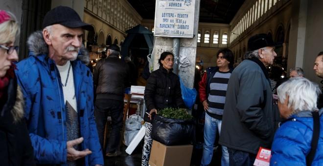 Una pareja con un puesto de venta a la puerta del principal mercado de pescado de Atenas. REUTERS/Alkis Konstantinidis