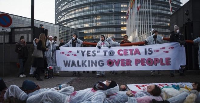 Ciudadanos protestando ante el Parlamento Europeo en Estrasburgo antes del voto final del CETA.