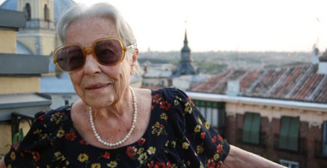 Carmen Arrojo en la terraza de su casa, en la calle Bailén, en septiembre de 2011. / Imagen del trabajo 'Mujeres republicanas', de Javi Larrauri.