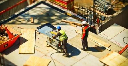Dos operarios trabajan en una obra de construcción
