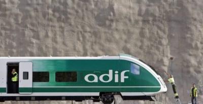 Un operario limpia un tren de Adif.- EFE/ARCHIVO