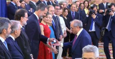 Felipe VI entrega a Rodolfo Martín Villa, exministro franquista, la medalla conmemorativa de las Cortes Constituyentes. 28 de Junio de 2017