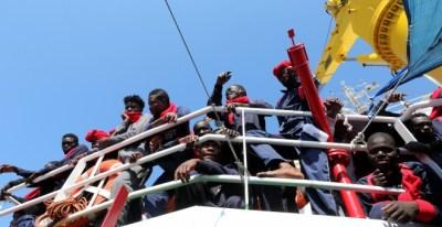 Cientos de inmigrantes rescatados por 'Save The Children' llegan a Crotone, Italia. /REUTERS