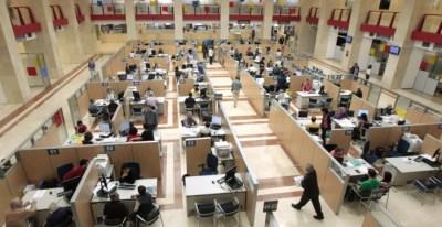 Casi el 90% de los 392 millones de euros que anualmente ingresan los hogares españoles procede de los salarios y las actividades económicas / EFE