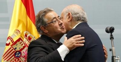 Zoido se abraza a su antecesor en el cargo, Fernández Díaz. | EFE