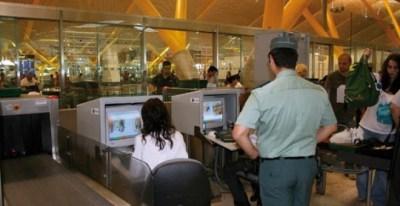 La obligatoria imagen de agentes de la Guardia Civil controlando el embarque en los aviones es cada vez menos frecuente en los aeropuertos españoles ante el avance de la seguridad privada.