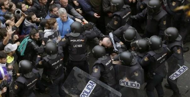 Carga policial para detener la votación en Barcelona   EFE
