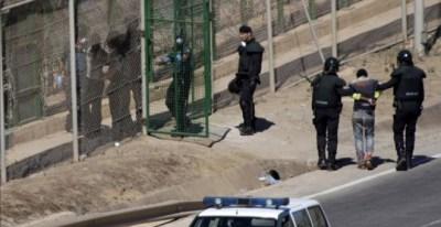 Una de las devoluciones en caliente en la valla de Melilla por las que Estrasburgo ha condenado a España, el 13 de agosto de 2014.- EFE