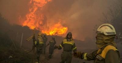 Brigadistas en labor de extinción del fuego. /EFE
