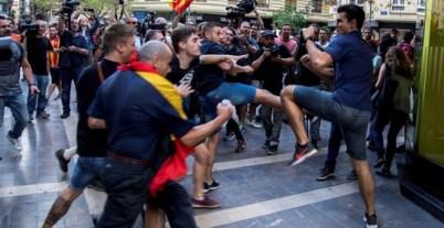 Enfrentamientos entre los asistentes a la tradicional manifestación de entidades de izquierda y nacionalista del 9 d'Octubre llevada a cabo por el centro de Valencia. / EFE