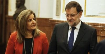 El presidente del Gobierno, Mariano Rajoy, en los pasillos del Congreso con la ministra de Empleo, Fátima Bañez. EFE