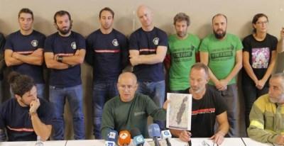 Representantes de la plataforma de bomberos públicos de Galicia, explica desde su punto de vista la oleada de incendios del pasado fin de semana. | LAVANDEIRA JR (EFE)
