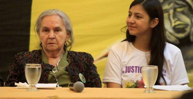 Berta Flores, la madre de Berta Cáceres, y Laura Zúñiga, en la presentación del informe sobre el asesinato de la activista. REUTERS/Jorge Cabrera