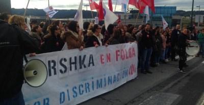 Las trabajadoras de las tiendas de Bershka, concentradas delanta de la sede de Inditex, en Arteixo (A Coruña). J.O.
