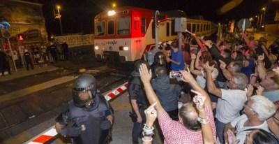 Efectivos de la Policía Nacional desalojaron a la fuerza a algunos vecinos en una de las protestas. EFE