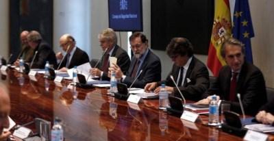 El presidente del Gobierno, Mariano Rajoy, preside en el Complejo de La Moncloa, la reunión del Consejo de Seguridad Nacional rodeado de sus ministros.   CÉSAR PORRAS (EFE)