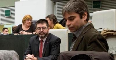 En primer plano, el nuevo concejal de Economía y Hacienda del Ayuntamiento de Madrid, Jorge García Castaño, y detrás su predecesor, Carlos Sánchez Mato, durante el pleno del Ayuntamiento, celebrado este lunes. | LUCA PIORGIOVANNI (EFE)